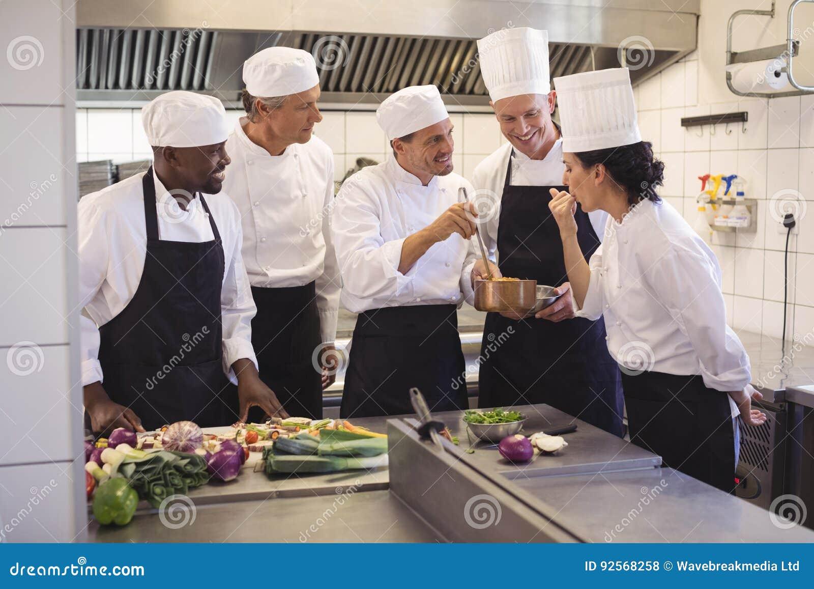 Drużyna Szefa Kuchni Smaczny Jedzenie W Handlowej Kuchni