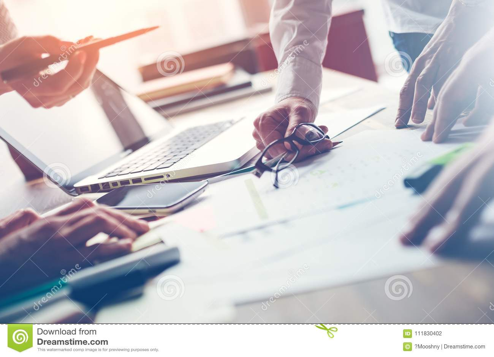 Drużynowa praca w biurze Kierownicy dyskutuje nowego cyfrowego projekt Laptop i papierkowa robota na stole