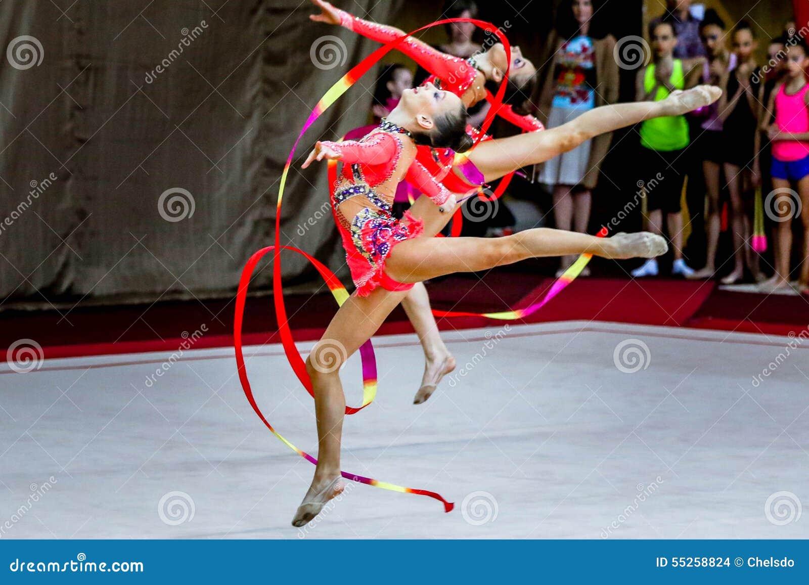 Drużynowe Rytmiczne gimnastyki postępują z faborkami