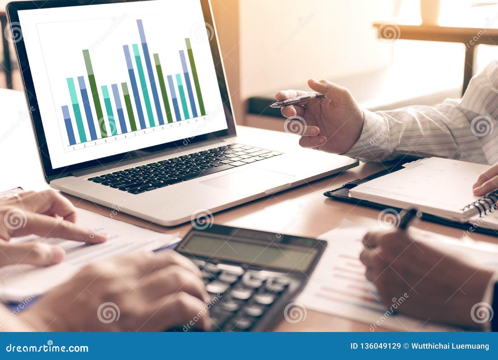 Drużynowi ludzie biznesu analiza zbiorczego raportu wykresu na laptopie w biurowym pokoju