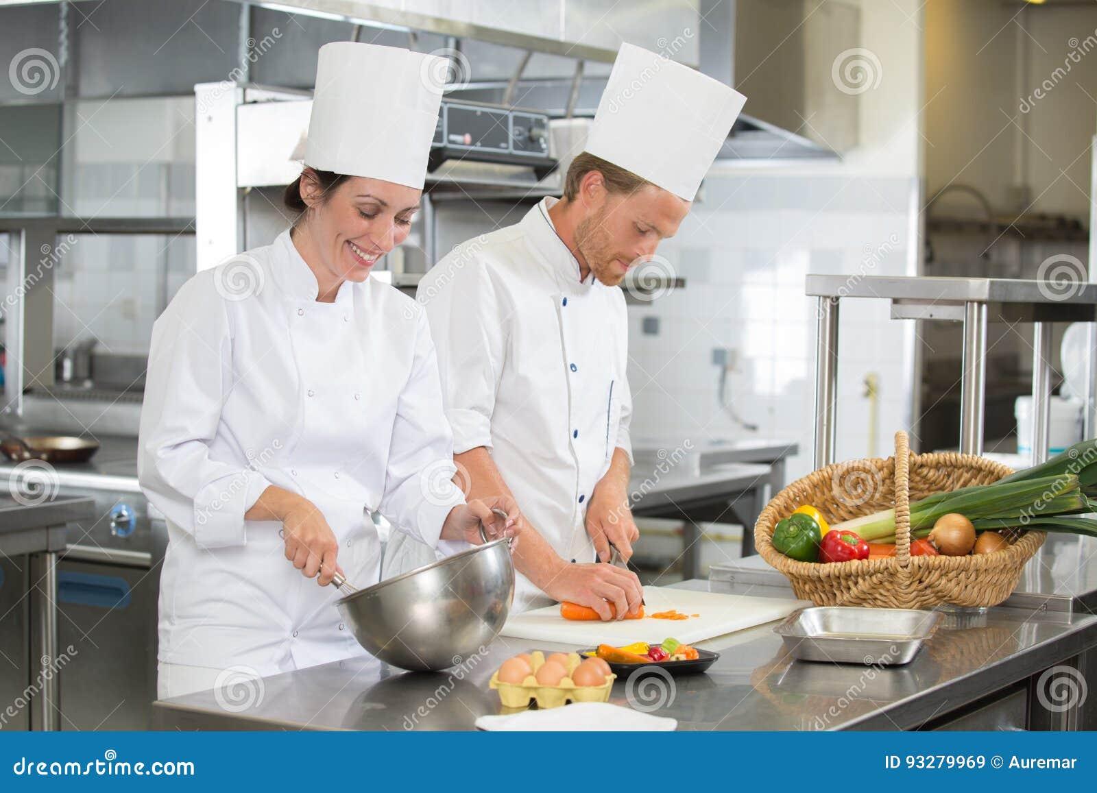 Drużynowi szefowie kuchni pracuje w kuchni