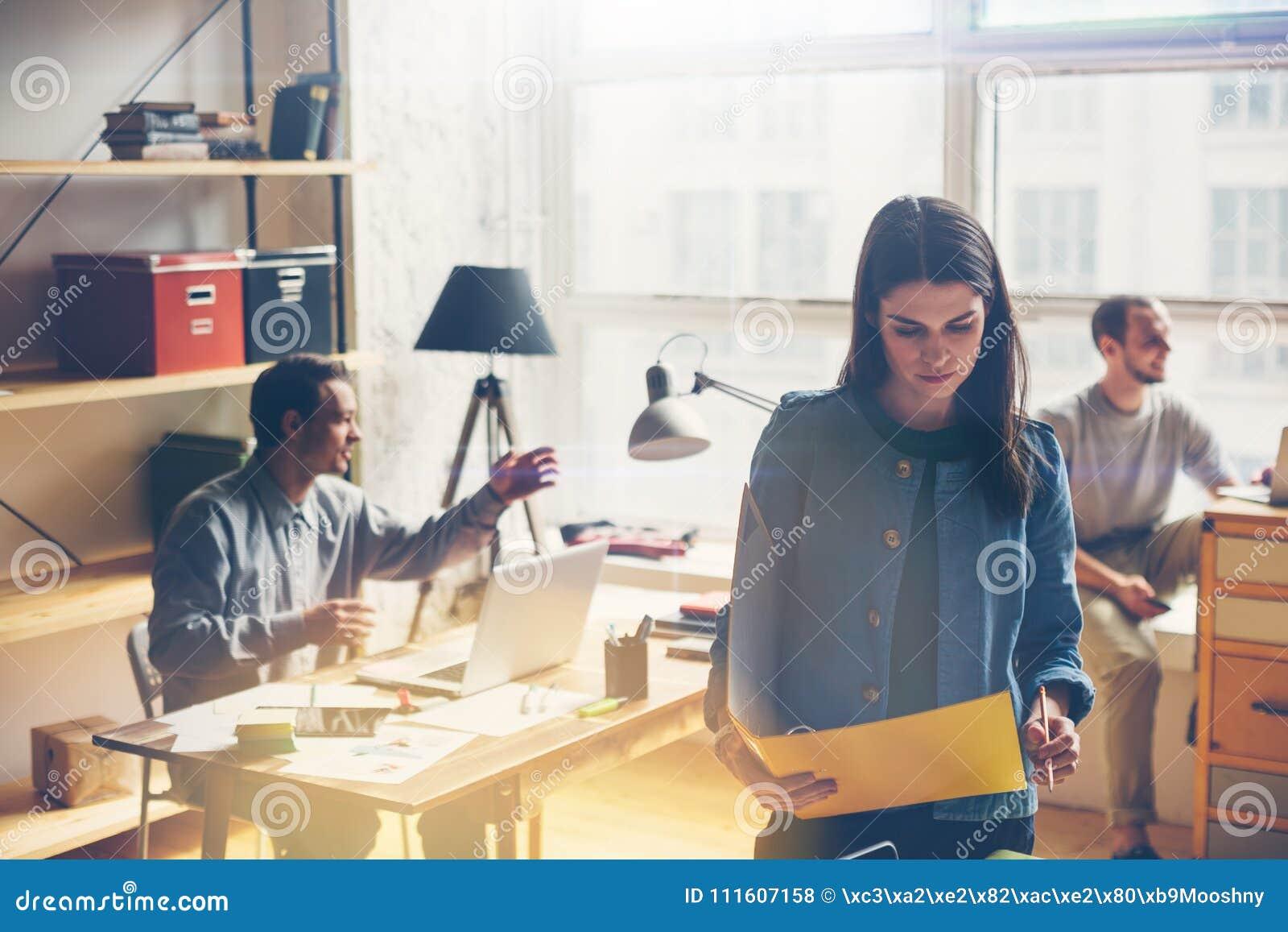 Drużynowy pracy dyskutować Otwartej przestrzeni biuro i rozpoczęcie załoga brainstorming przy nowym projektem