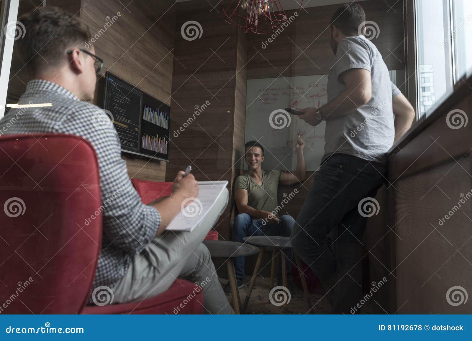Drużynowy spotkanie i brainstorming w małym intymnym biurze