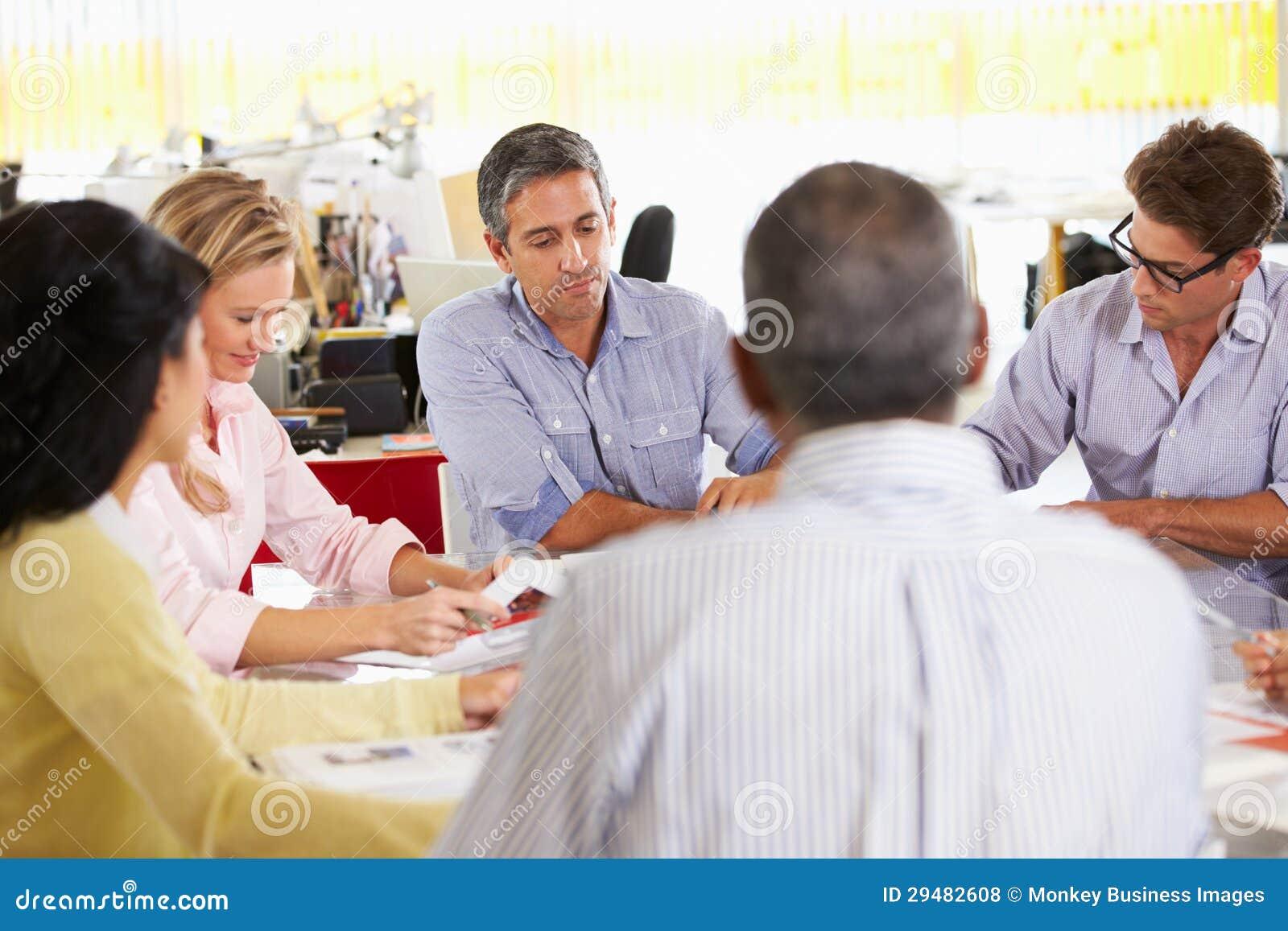 Drużynowy spotkanie W Kreatywnie biurze