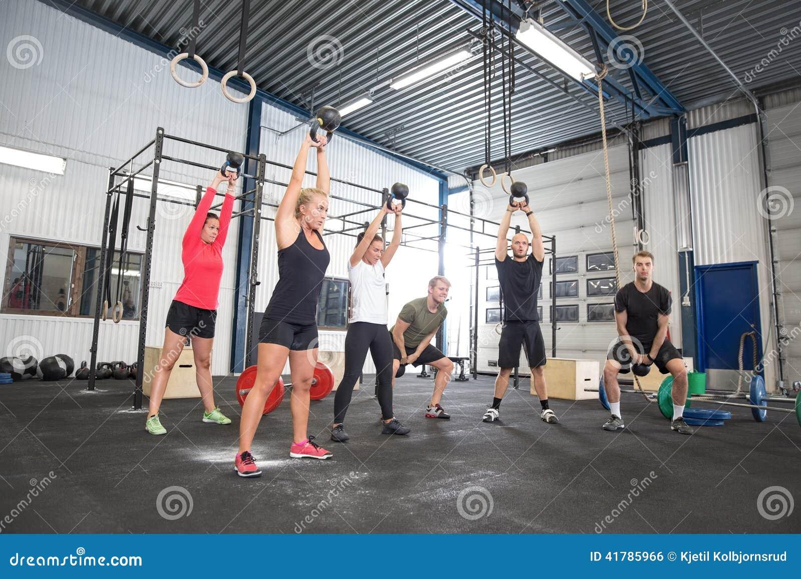 Drużynowy trening z kettlebells przy sprawności fizycznej gym
