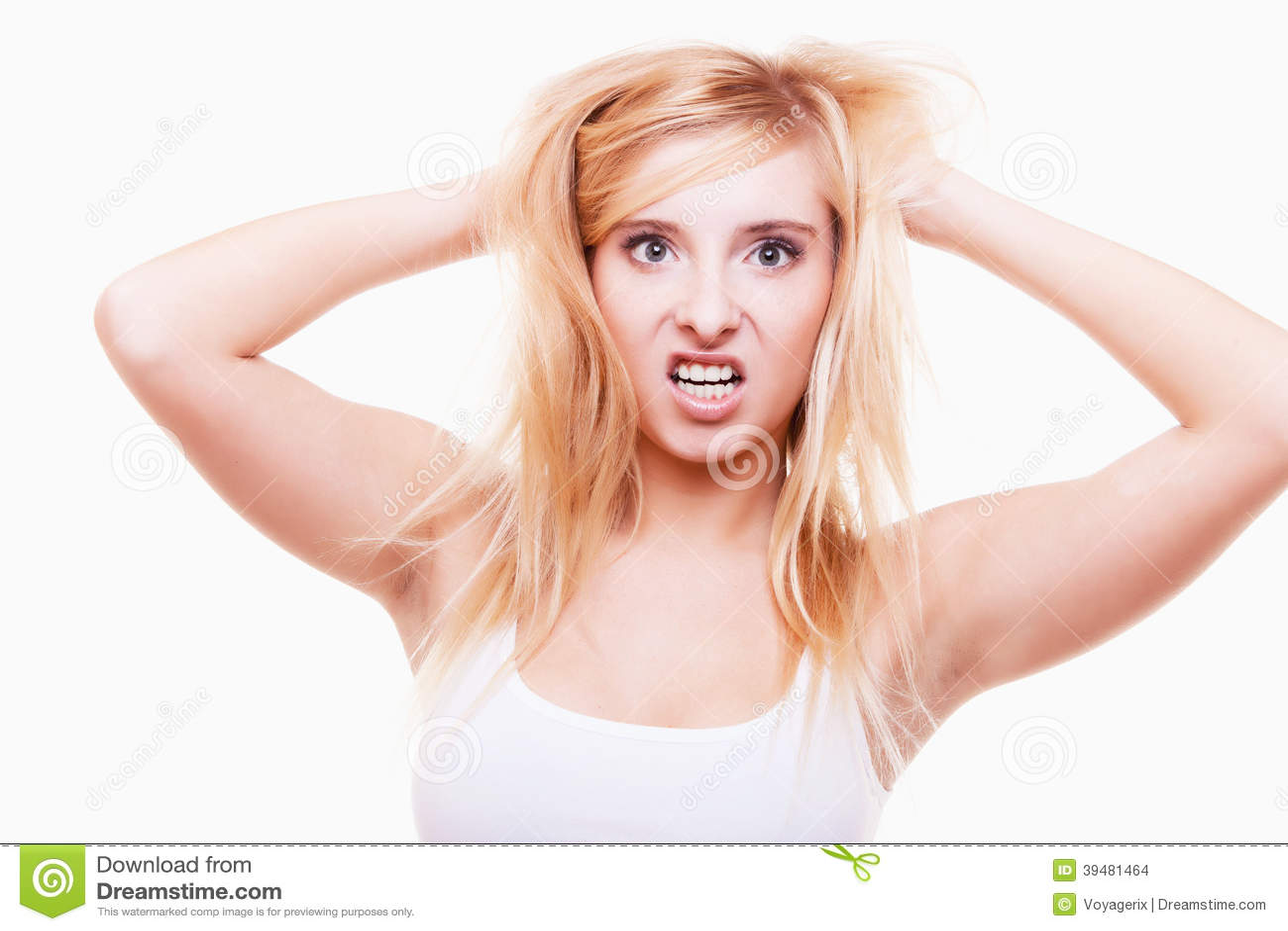 Druck. Junge Frau frustriert, ihr Haar auf Weiß ziehend