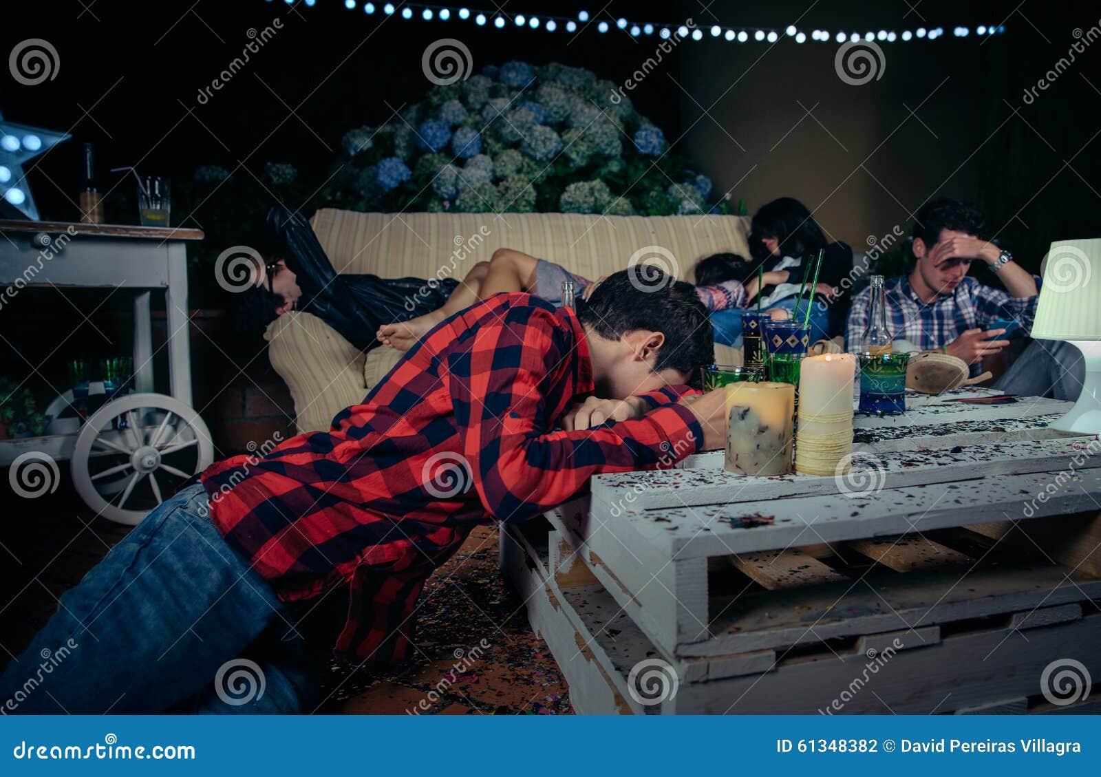 Druckit barn och tröttade vänner som after sover