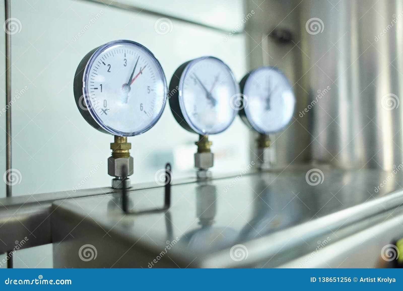 Druckmesser Haustierflasche mit Rohwasserherstellung