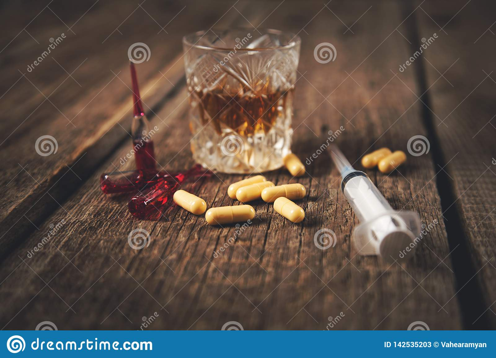 Drug met spuit en whisky