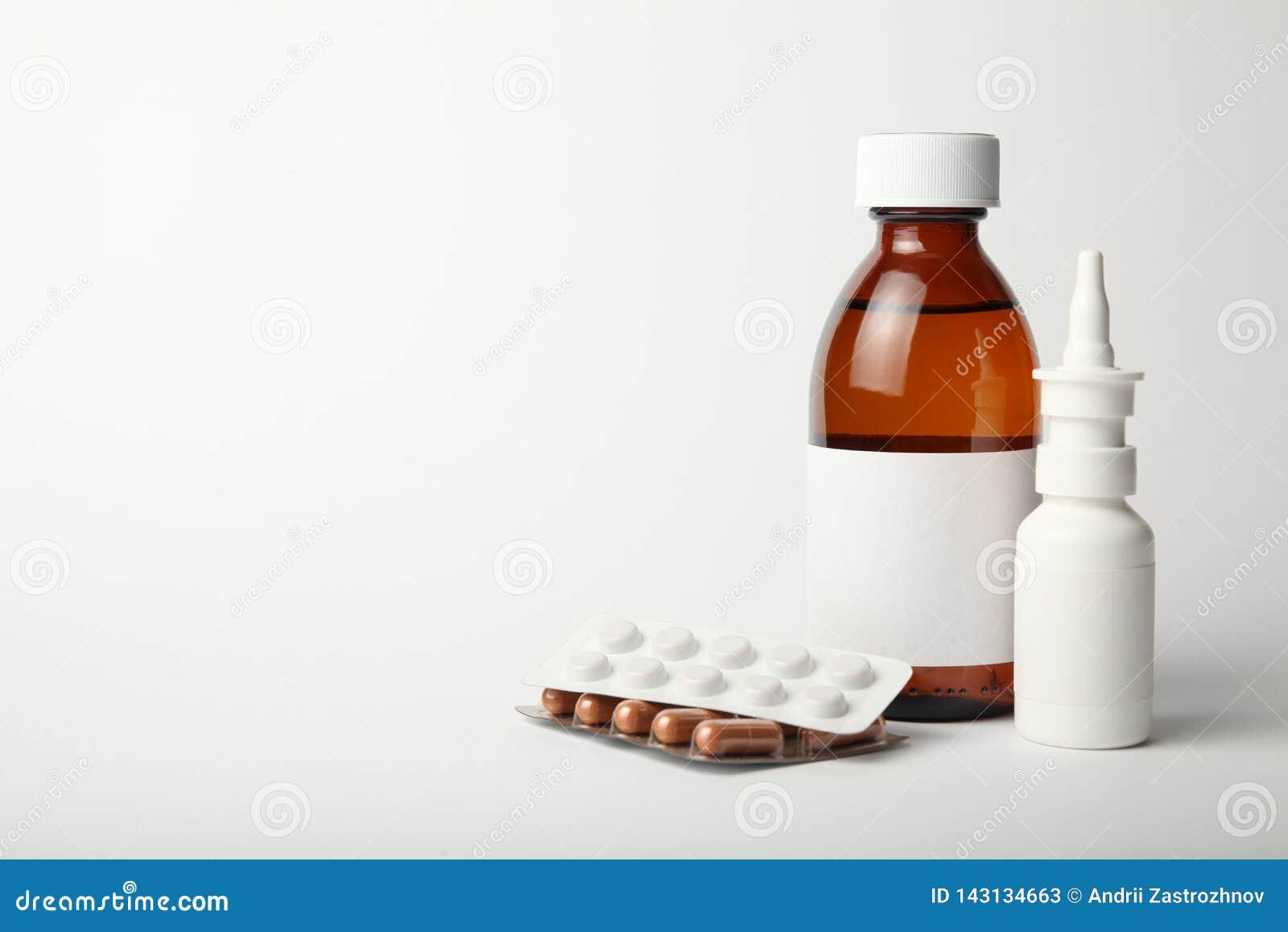 Drugs voor het van de de winterkoude en griep virus Antibiotica, homeopathie, pillen, nevel en stroop