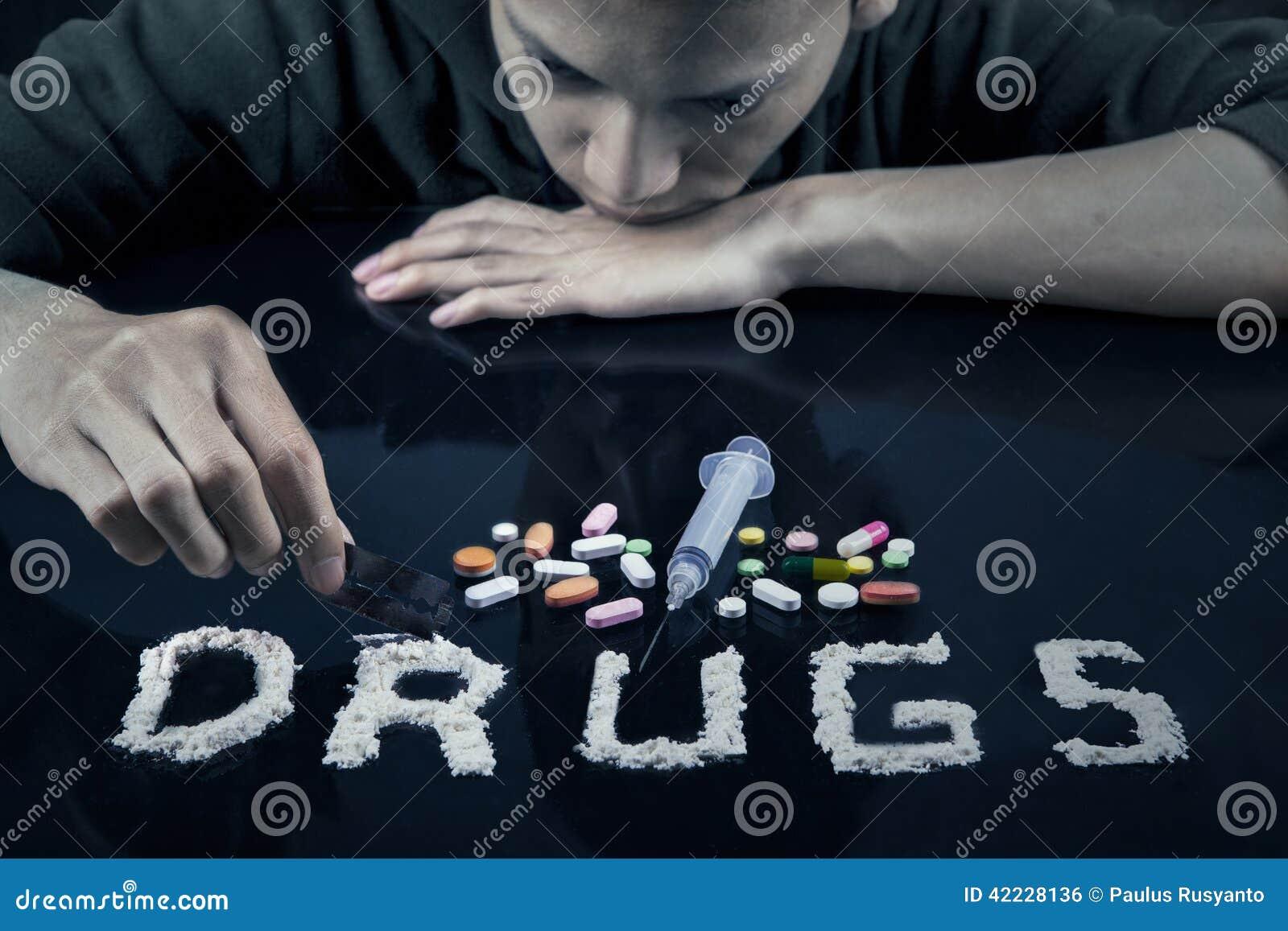 Drugsgebruiker die drugs voorbereiden aan gebruikt