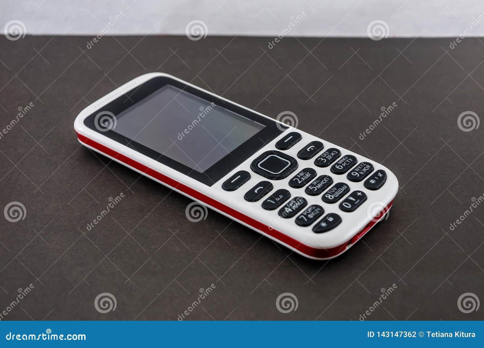Drukknop mobiele telefoon op een grijze achtergrond
