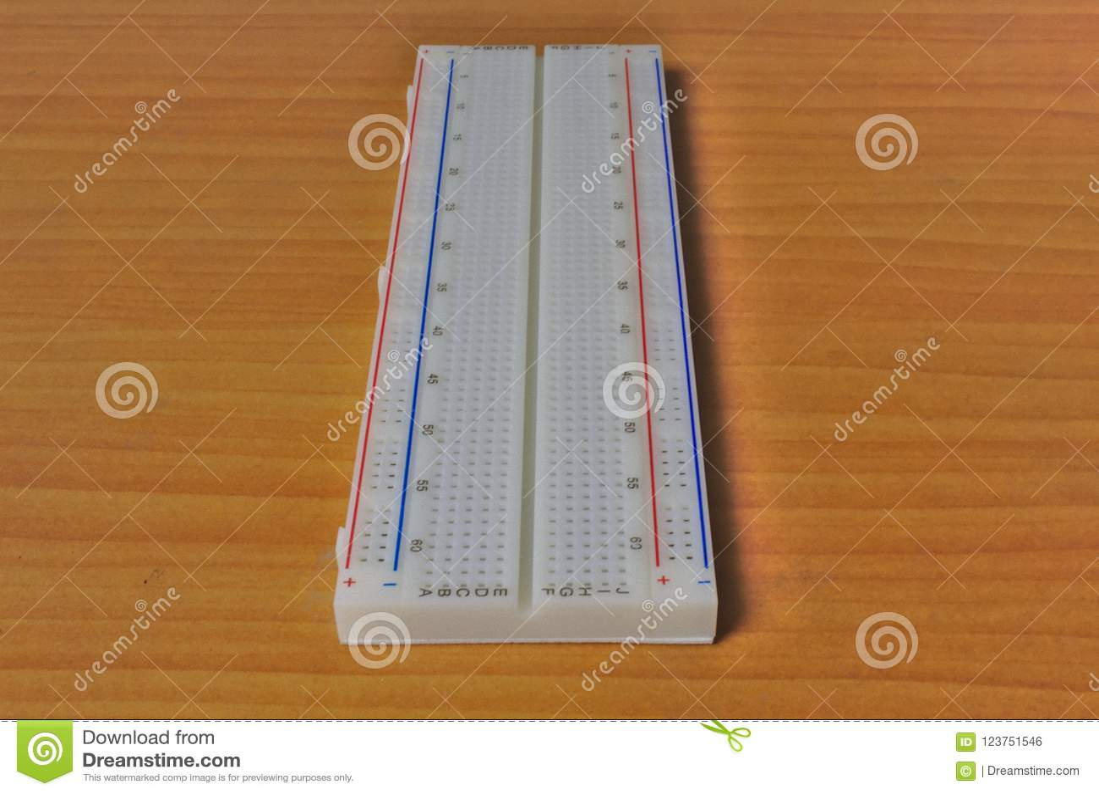 Drukowany protoboard na drewnianym stole - prosto