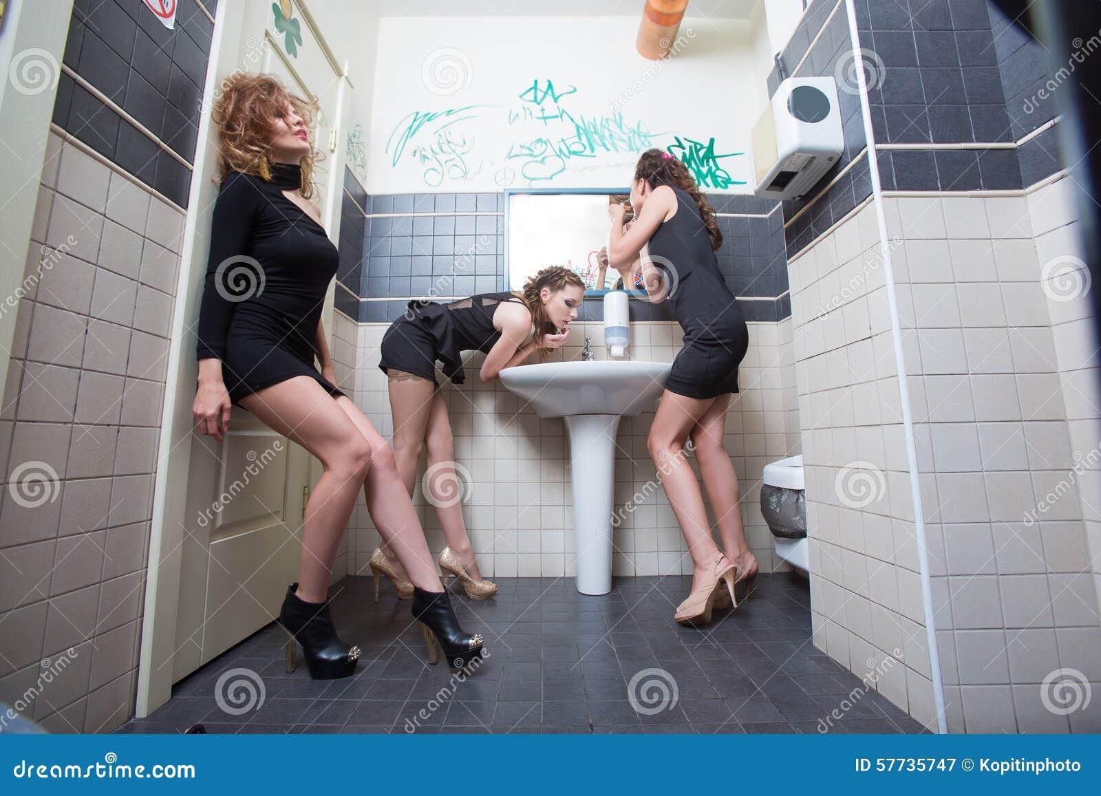 seks-devushka-v-tualete