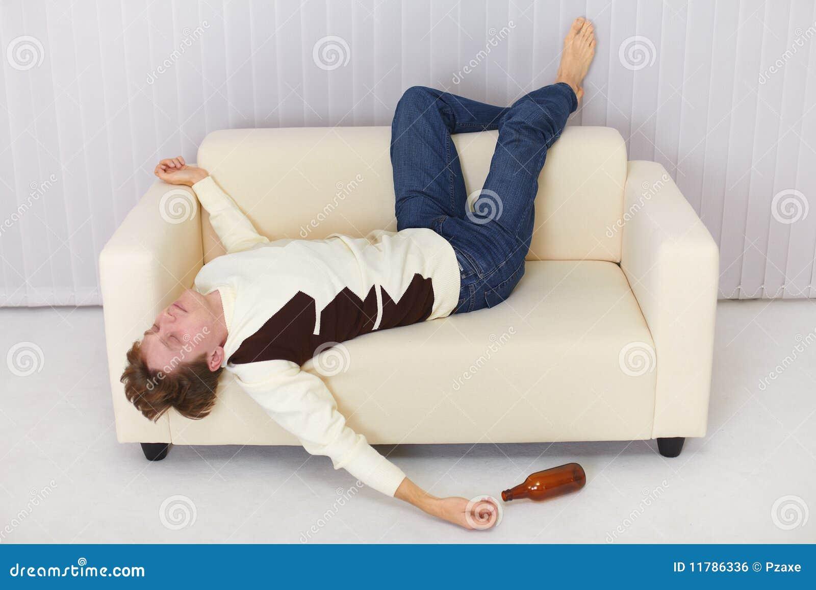Пьяные пацаны на диване 2 фотография