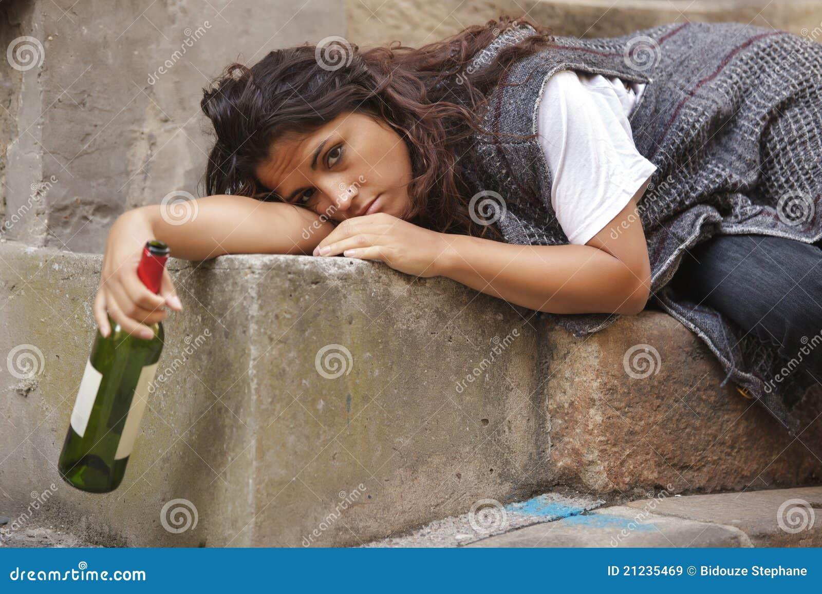 Пьяная женщина лежит 3 фотография
