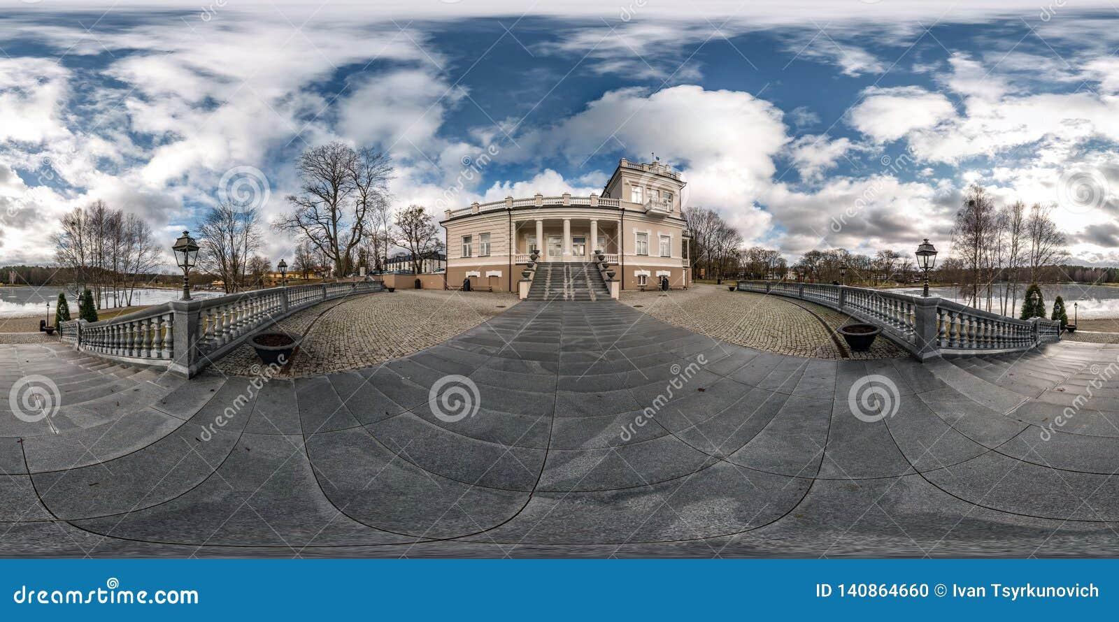 Druskininkai, LITUVA - ЯНВАРЬ 2019: Полностью сферически безшовная панорама 360 градусов взгляда угла на историческом здании окол