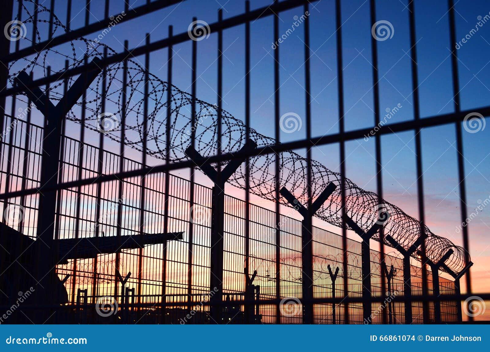 Drutu kolczastego ogrodzenie wokoło Francuskiej imigraci granicy z pięknym kolorowym niebem w tle lokalizować w Dieppe Francja