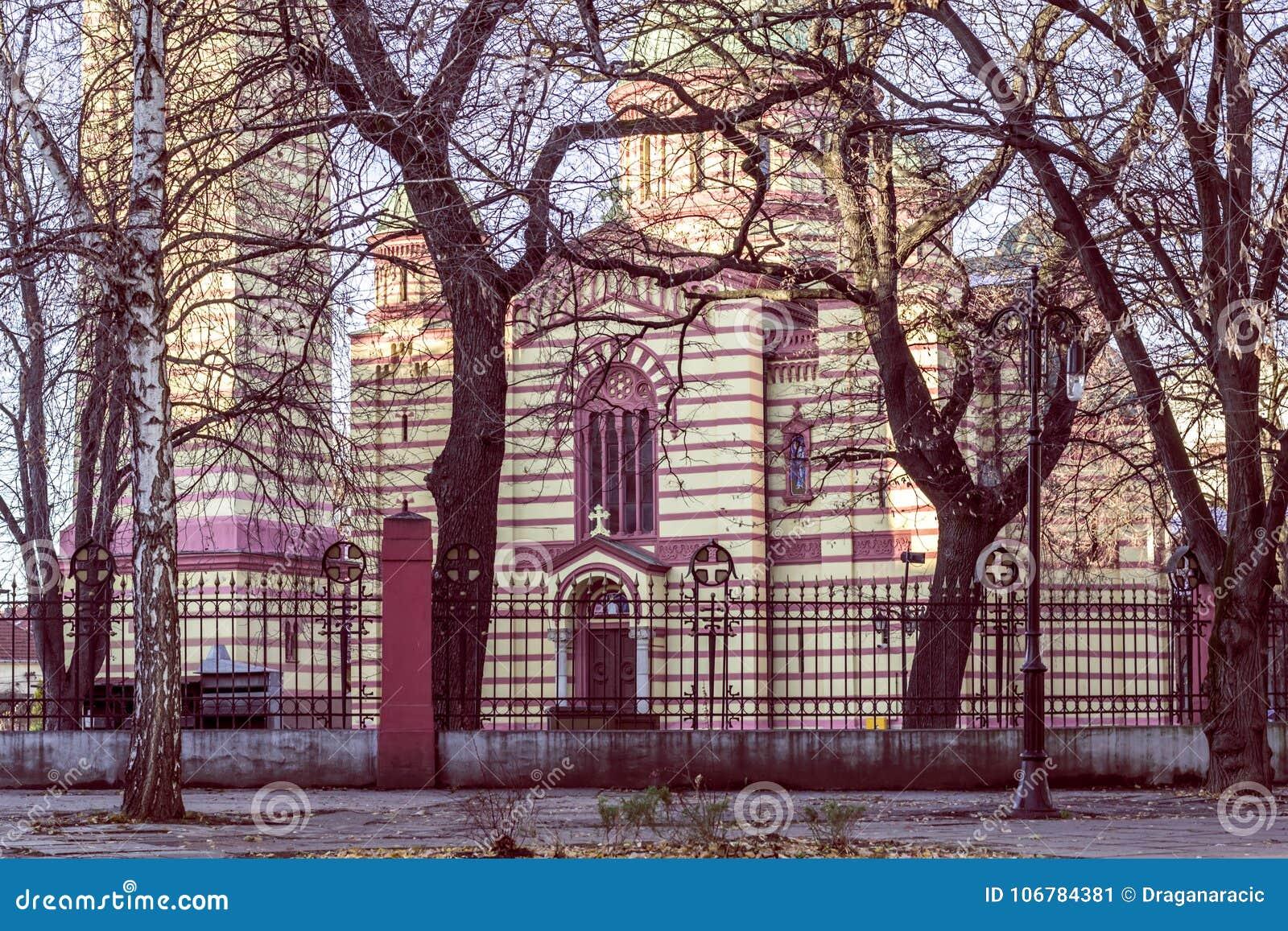 Drzewa wokoło Ortodox kościół