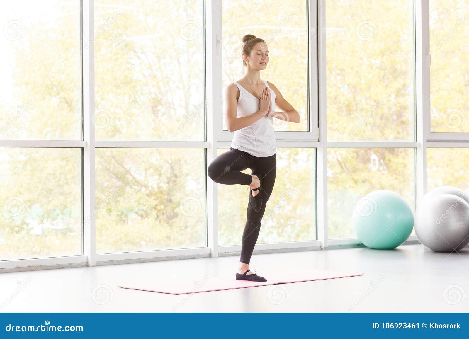 Drzewna postura Woamn równoważenie na jeden nodze i robić joga