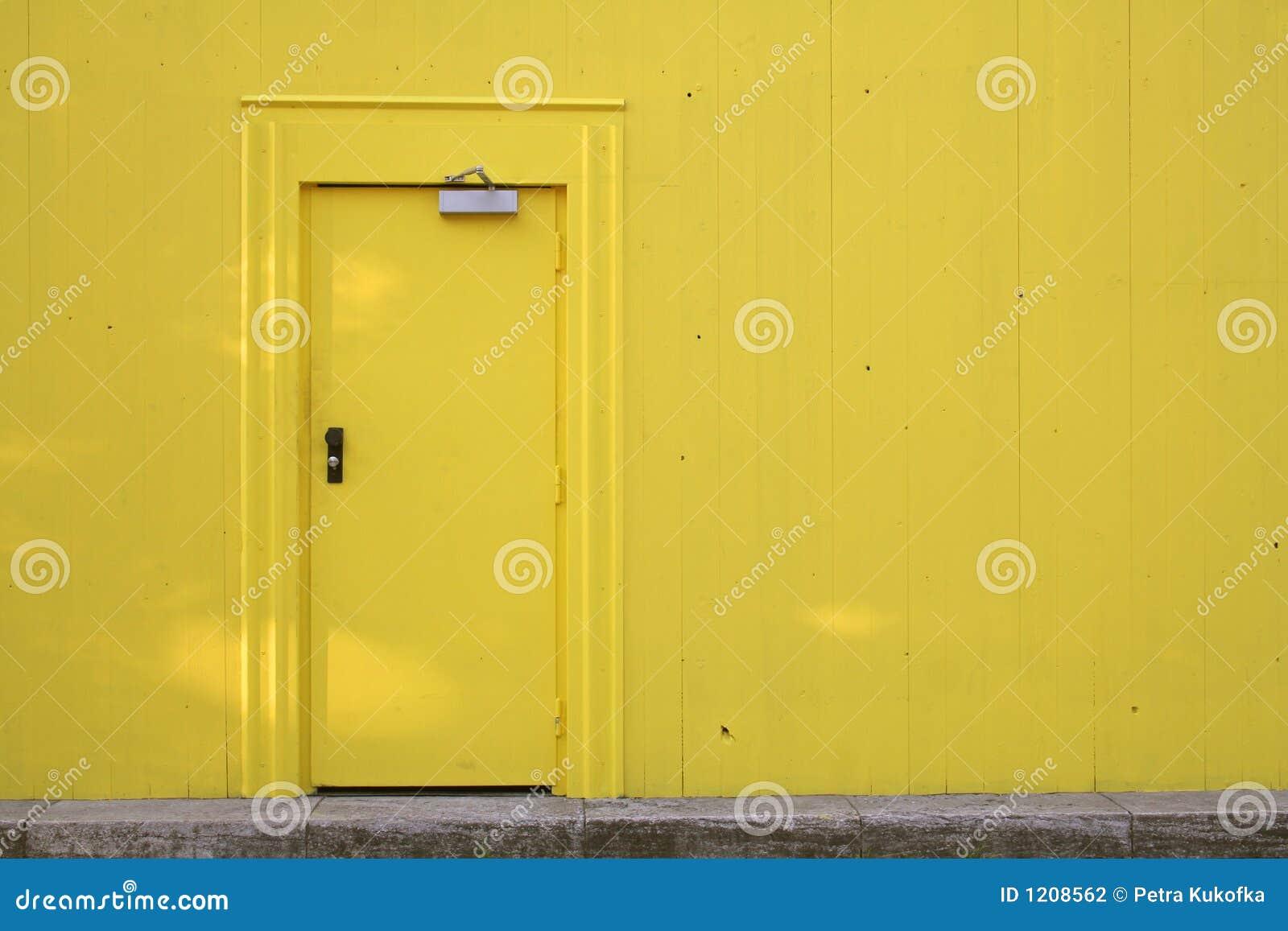 Drzwi ściana żółty