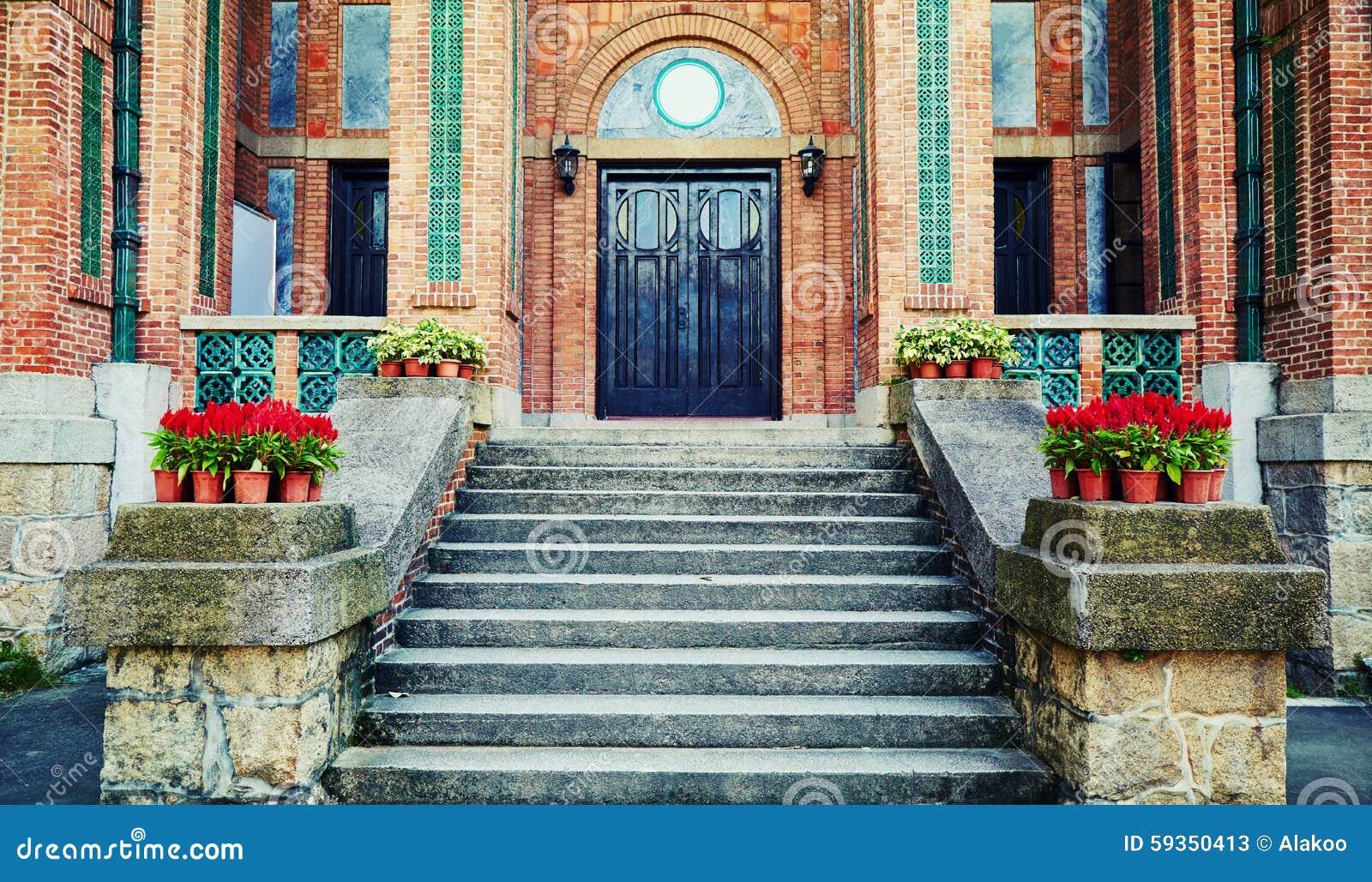 Drzwi wejścia przodu dom odnosić sie