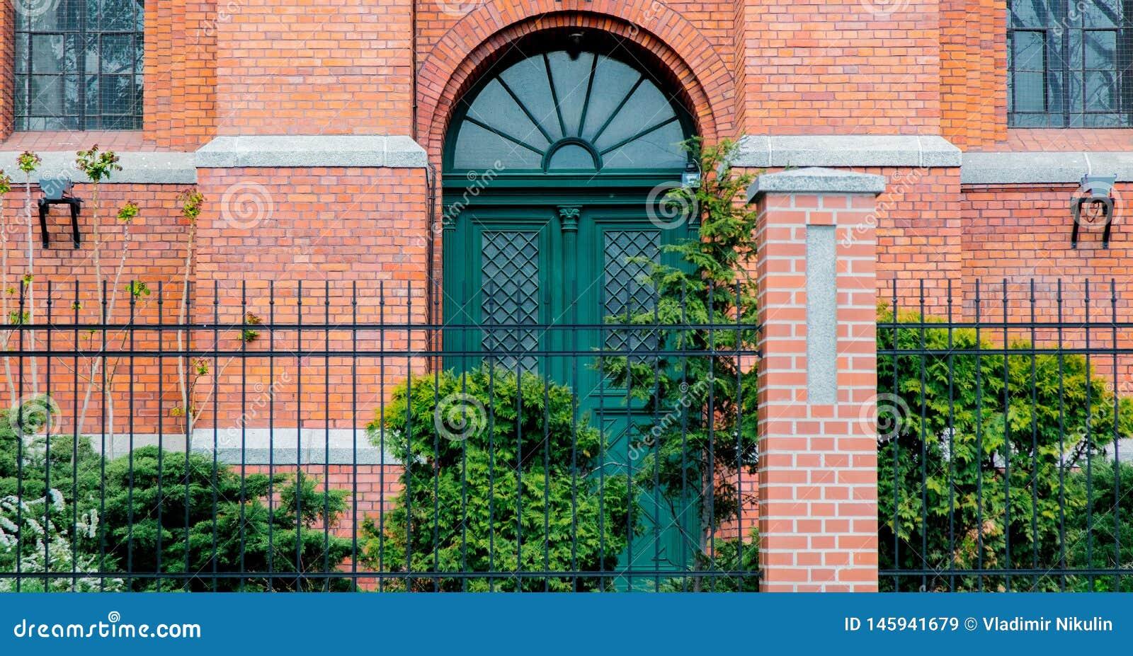 Drzwi z łukiem w starym ceglanym domu Wiktoriańska era