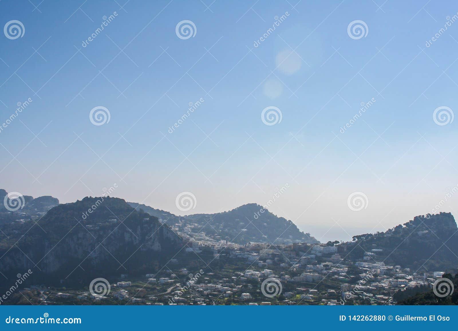 Duży widok nad górą Capri