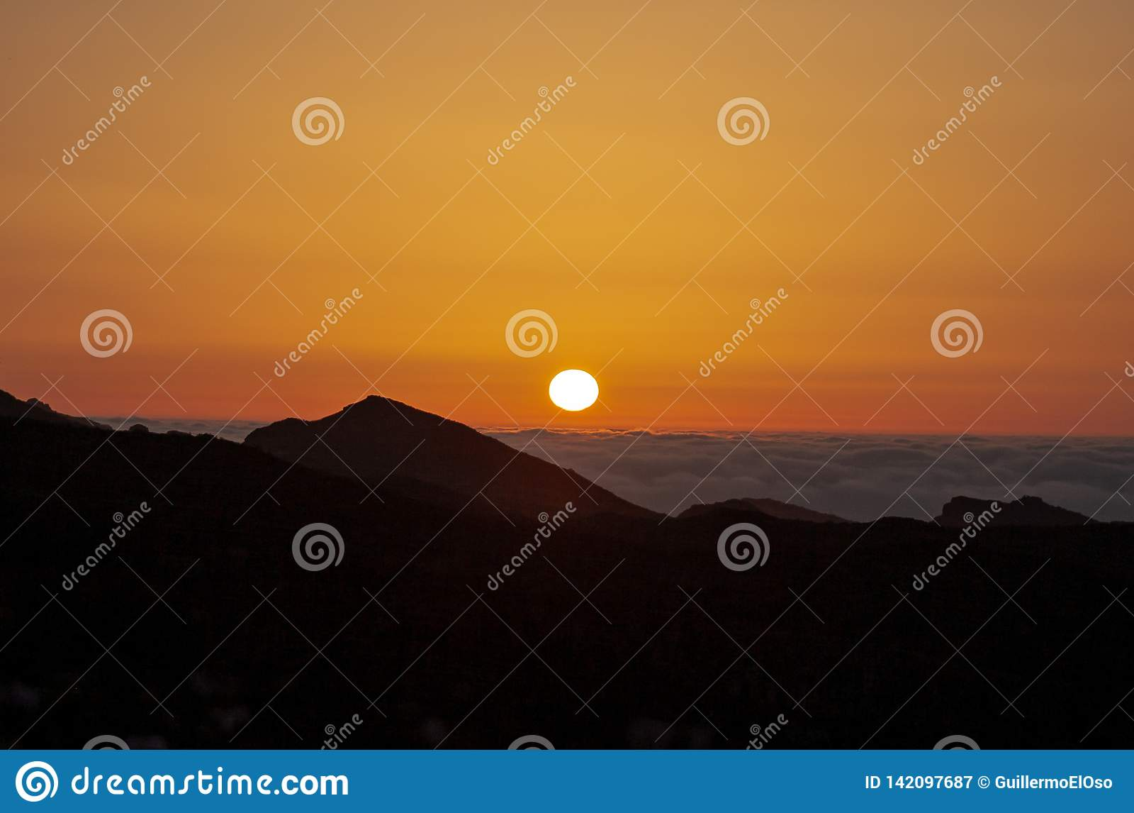 Duży wschód słońca nad morzem z chmurami