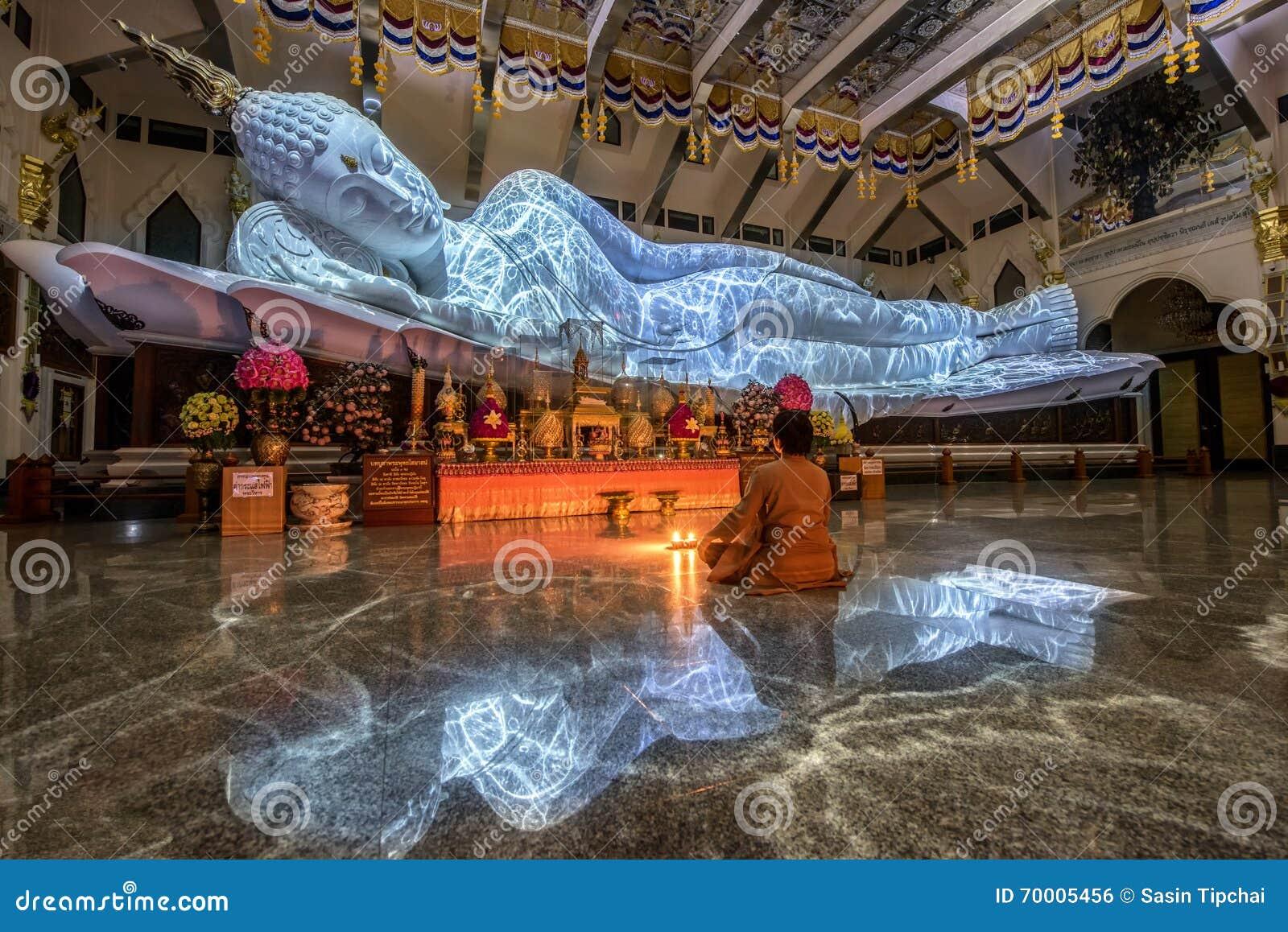 Duża bielu marmuru nirwana Buddha z teksturą od oświetlenia