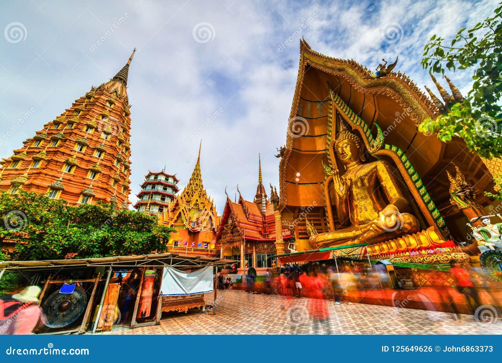 Duża Buddha statua przy Tygrysią jamy świątynią, Tajlandia