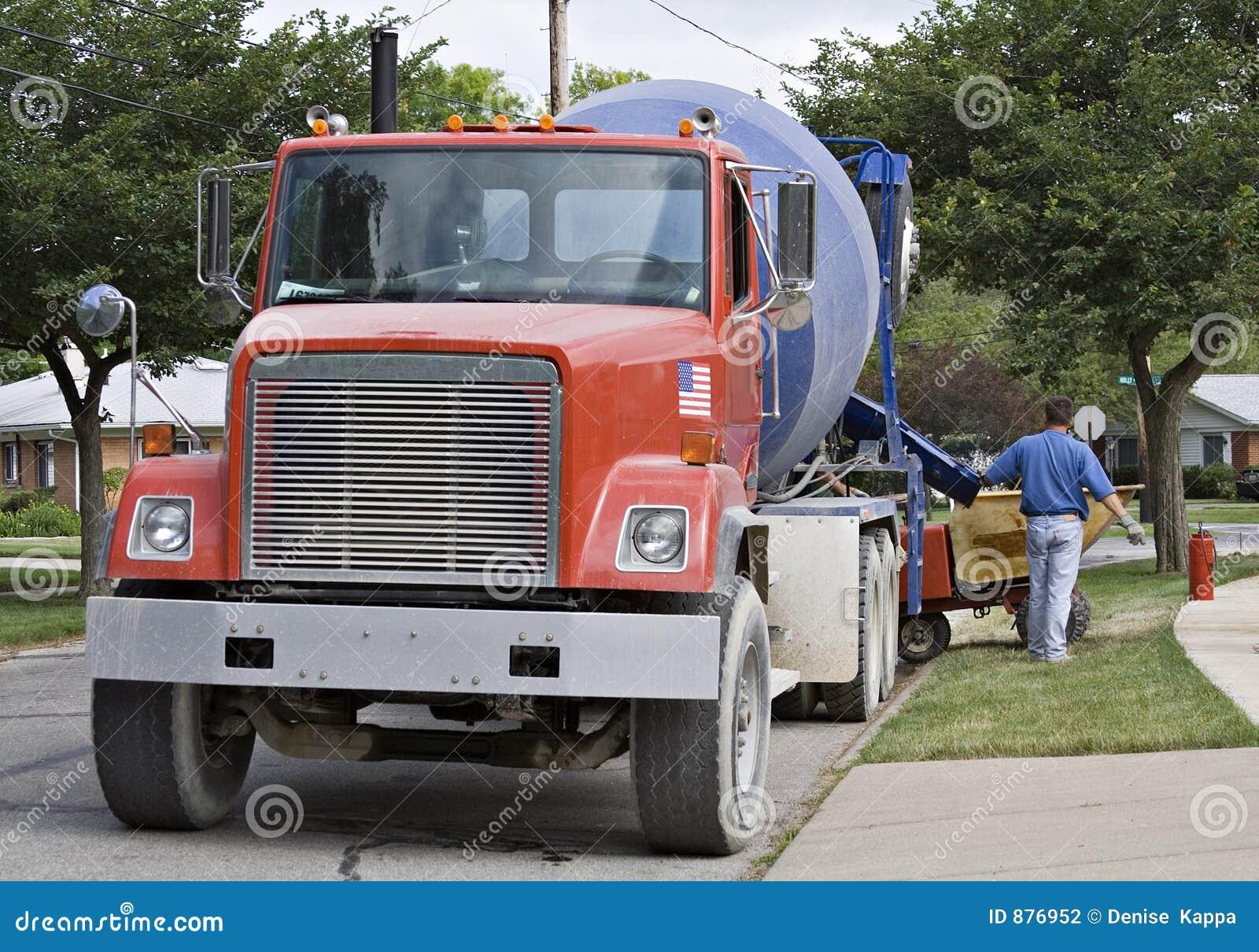 Duża ciężarówka cementowa czerwieni