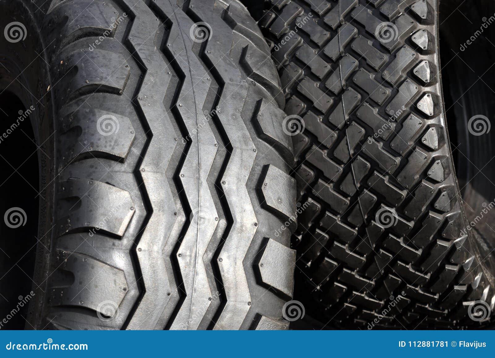 Duża ciężarówka lub ciągnikowy koło