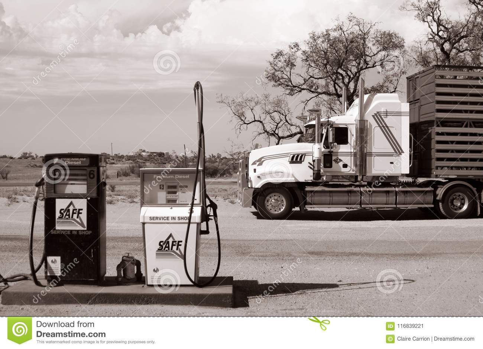 Duża ciężarówka parkująca przed stacją benzynową w Australijskim odludziu Coombah roadhouse, Australia,/