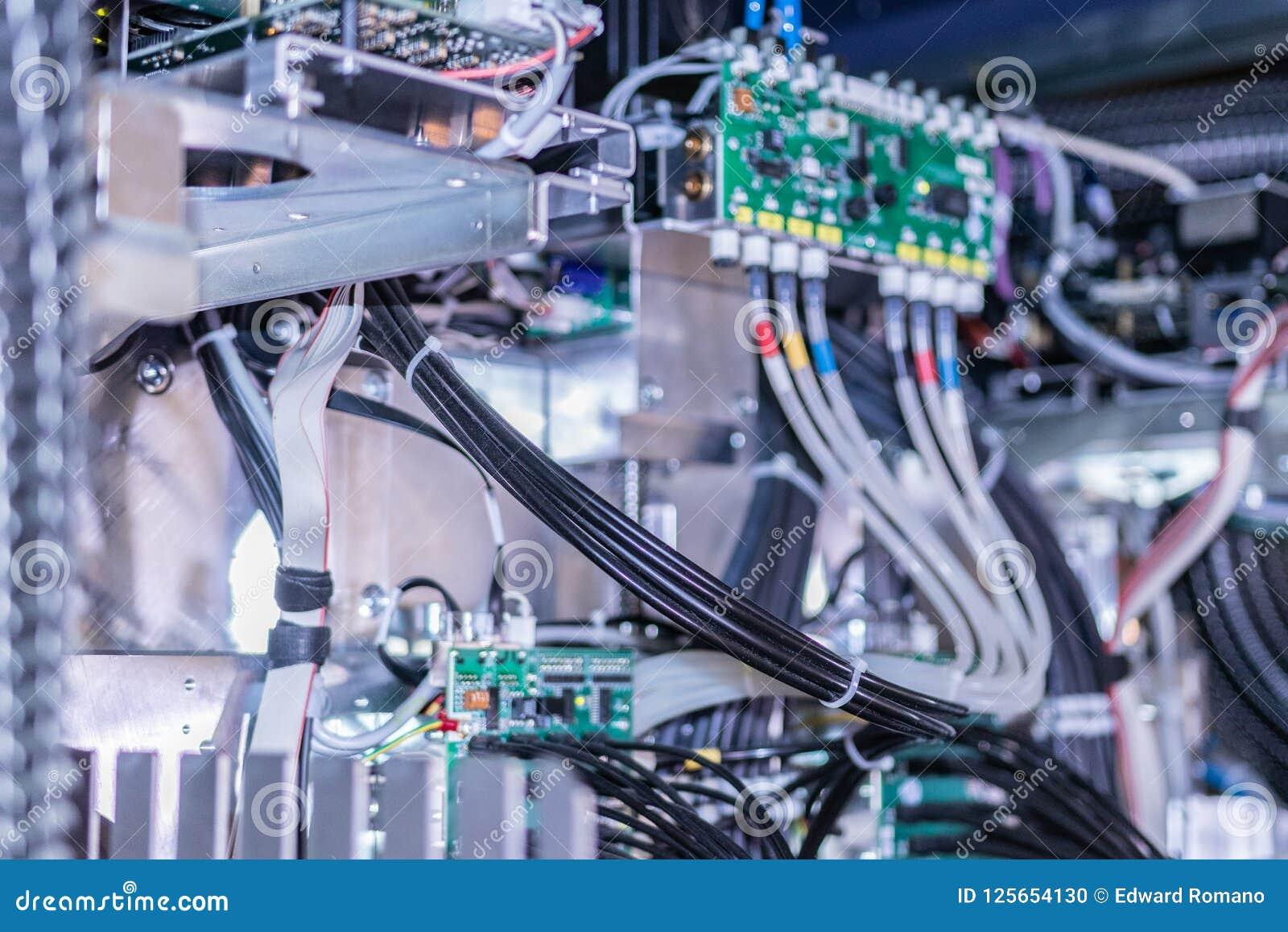Duża fachowa drukarka, szczegółowy strzał płyta główna i drutowanie system,