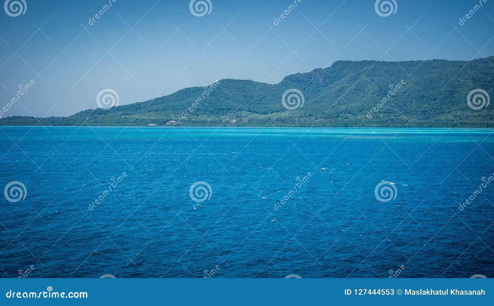 Duża karimun jawy wyspa z zieleń krajobrazem i piękna błękitna ocean mieszanka i zielonej barwimy