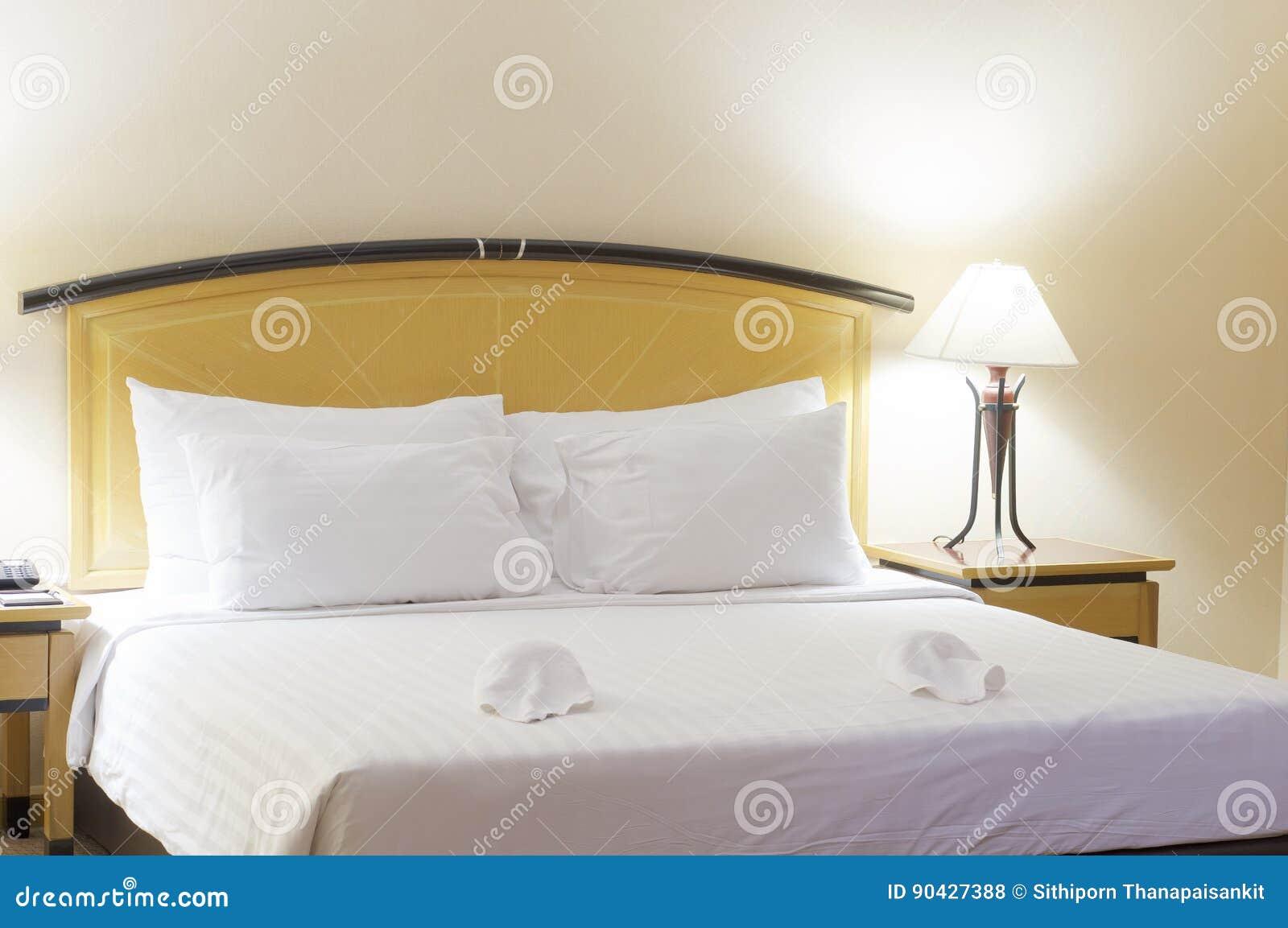 Duża Poduszka Na Białym I Czystym łóżku Z Lampą Zdjęcie