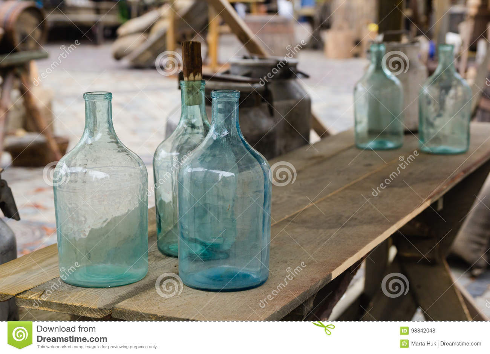 Duża pusta szklana butelka