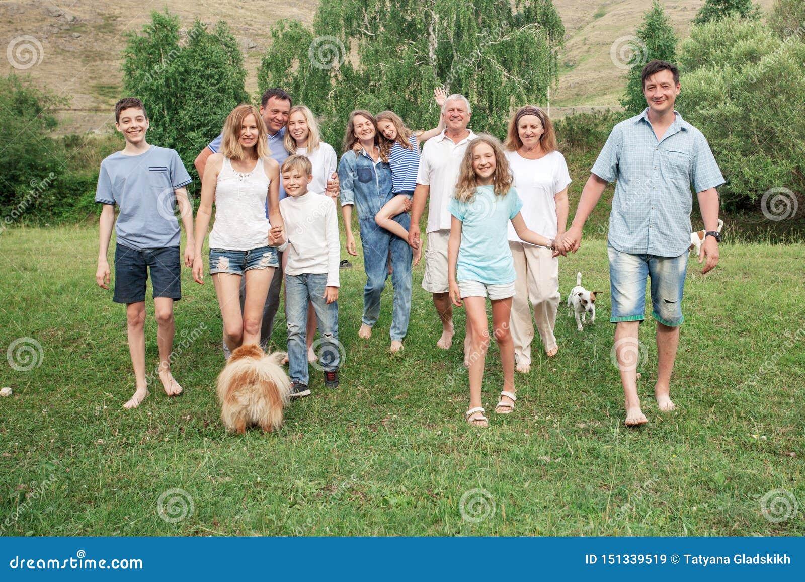 Duża rodzina outdoors z psami