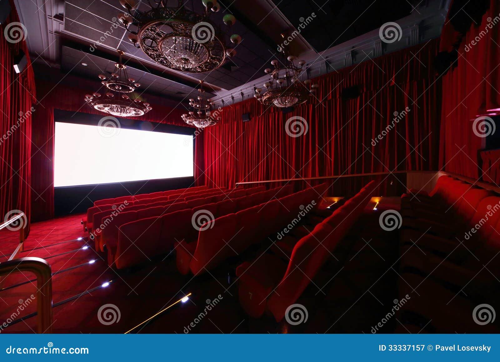 Duża sala z wielkimi pięknymi świecznikami w kinie
