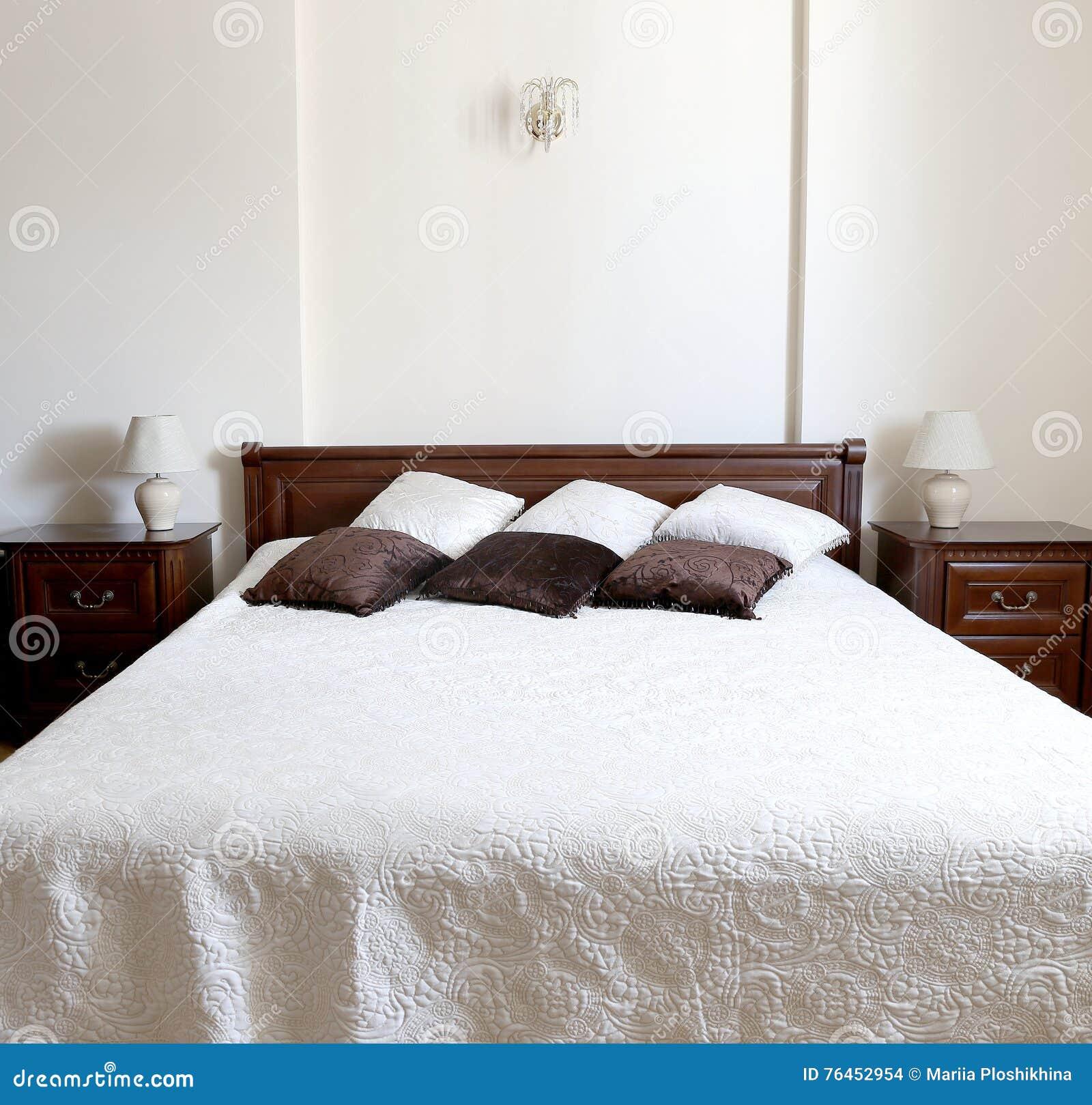 Duża Sypialnia W Brązu I Beżu Kolorach Zdjęcie Stock Obraz