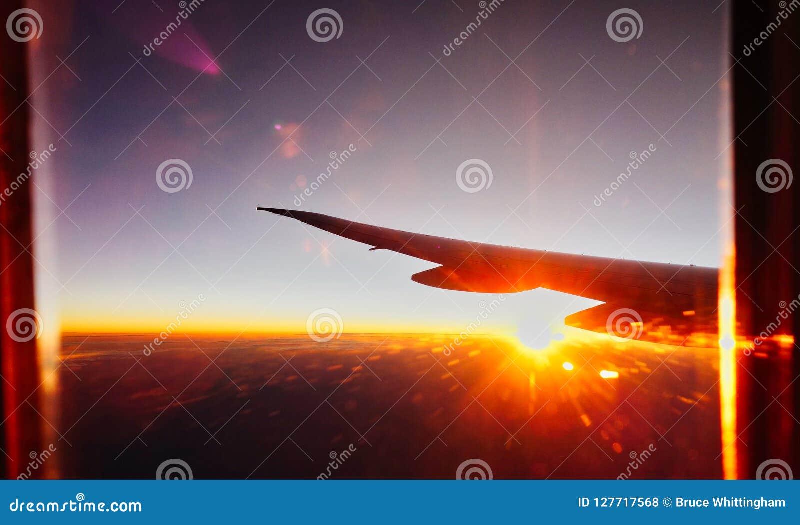 Duża Wysokość wschodu słońca i świtu widok Od Dżetowego samolotu