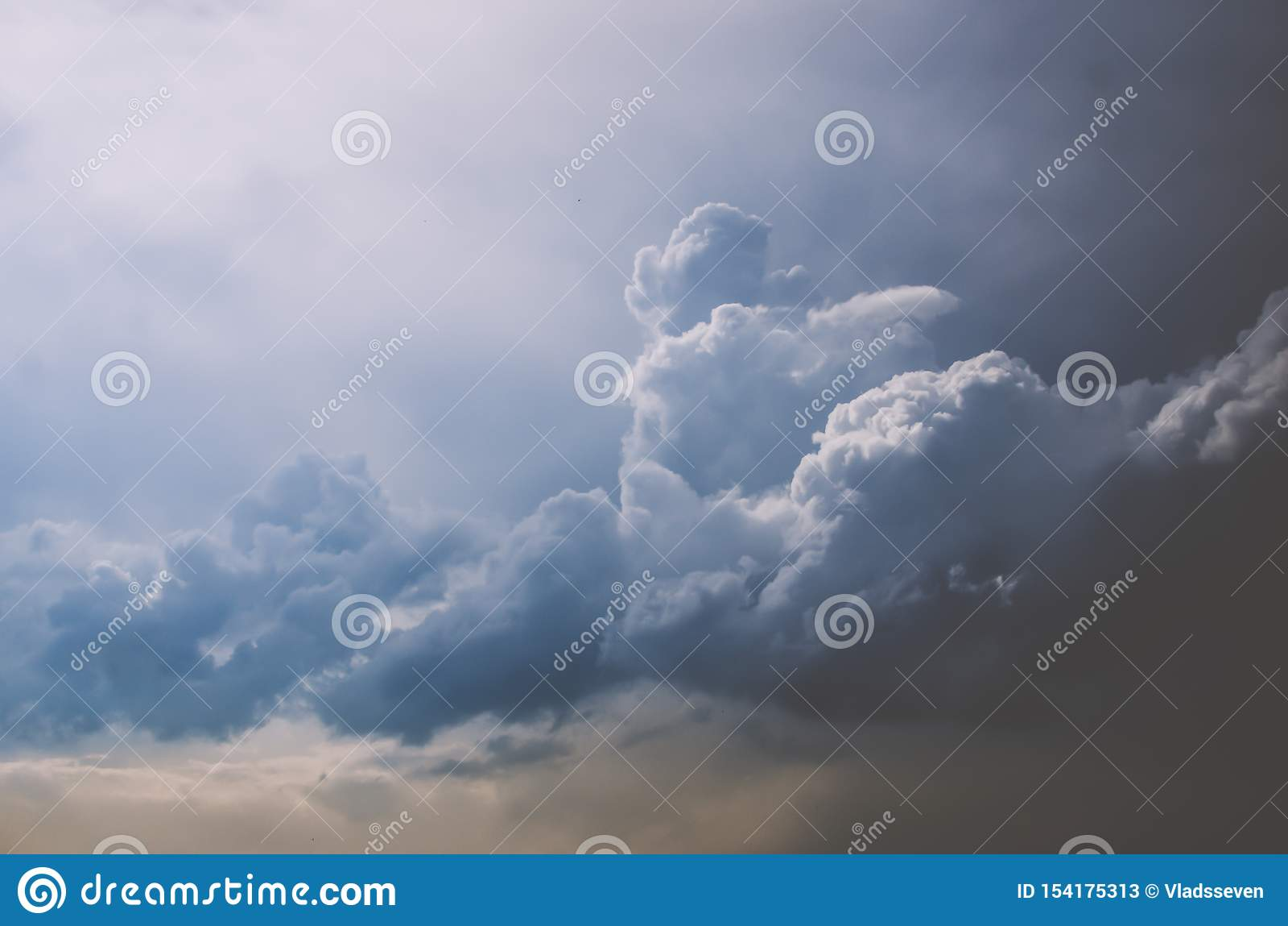 Duże dżdżyste chmury nad miasto