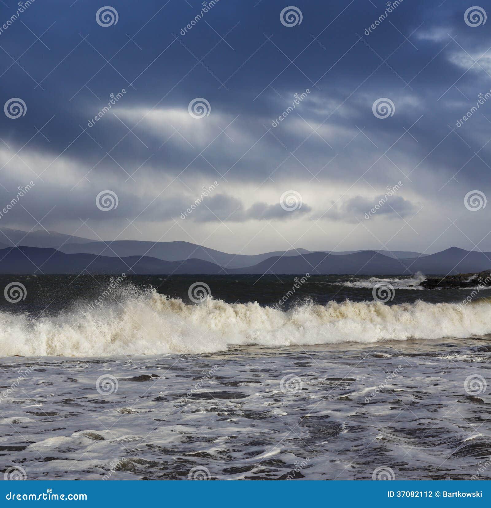 Download Duży Atlantyk Macha Podczas Pogody Sztormowej W Okręgu Administracyjnym Kerry, Irlandia Zdjęcie Stock - Obraz złożonej z tło, natura: 37082112