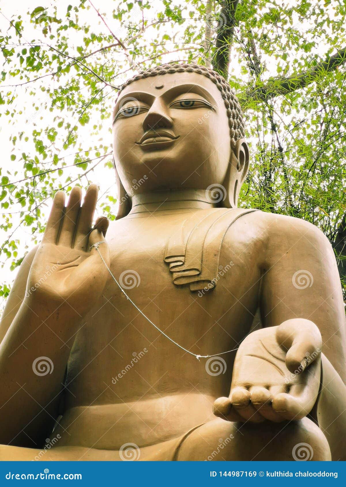 Duży Buddha w świątyni