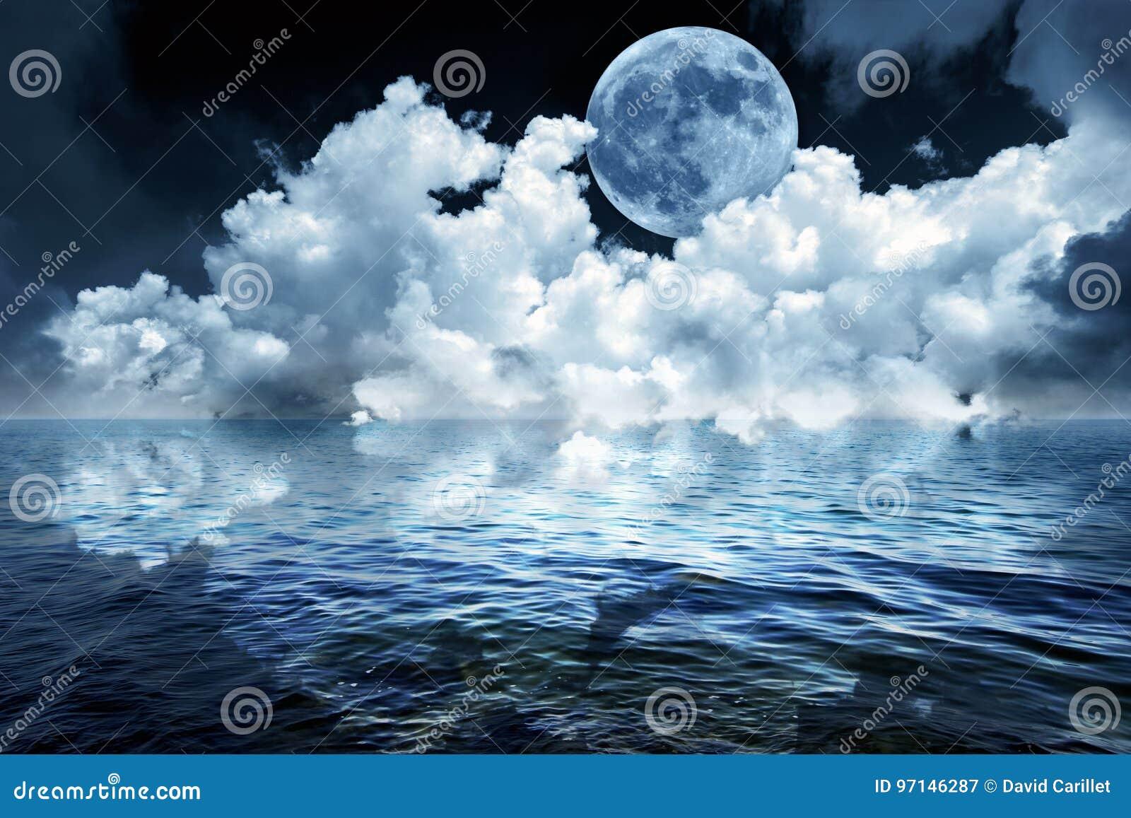 Duży księżyc w pełni w nocnym niebie nad oceanem odbija w spokój wodzie