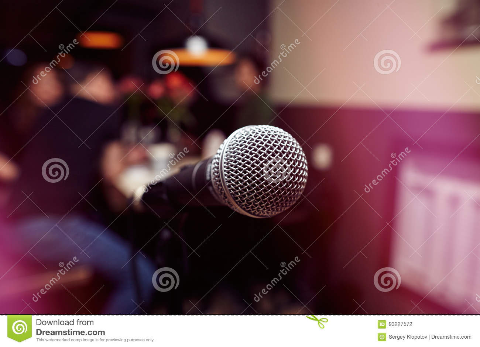 Duży mikrofon w karaoke barze