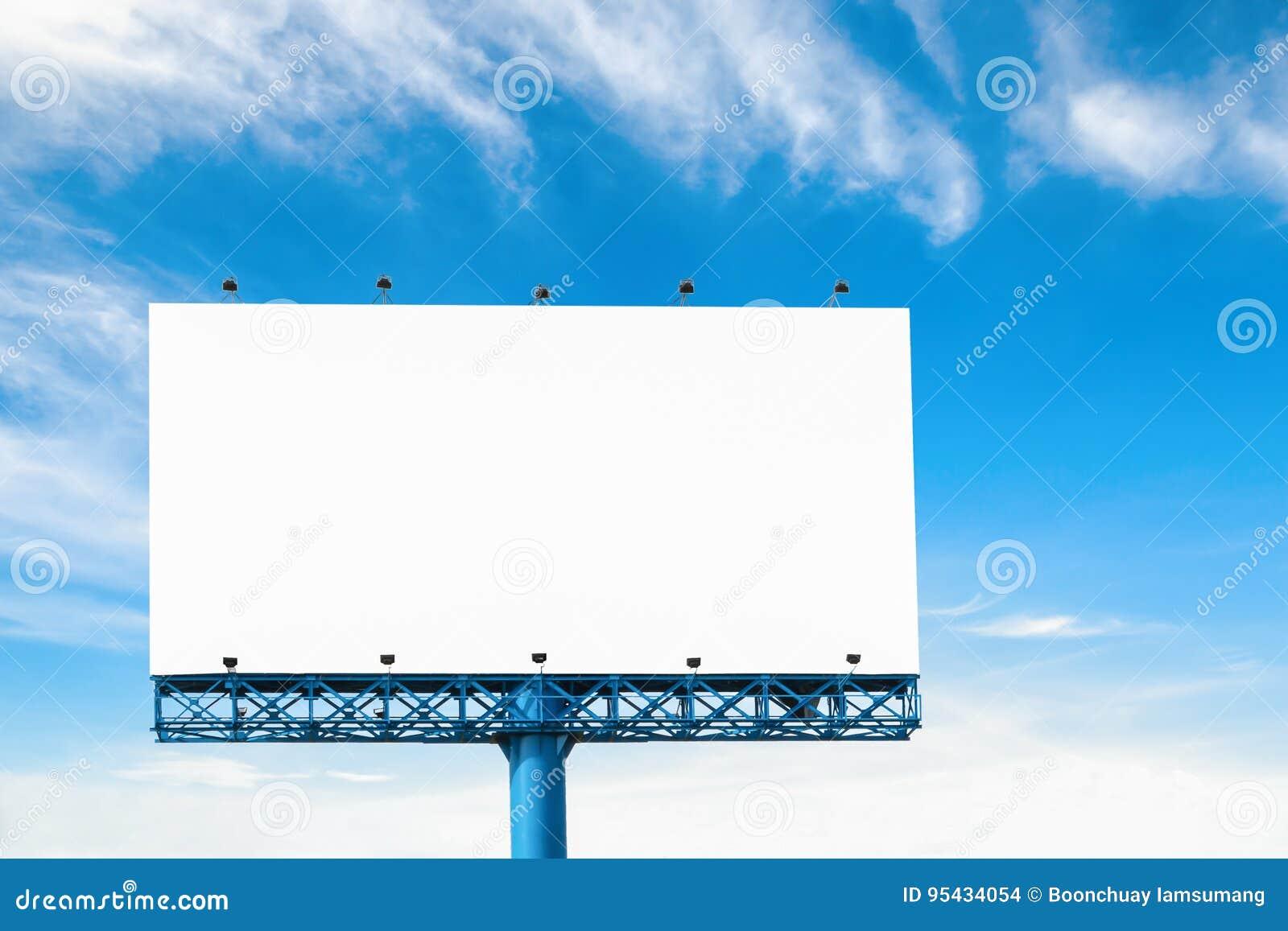 Duży pusty billboard z chmurą i niebieskim niebem odizolowywającymi na bielu