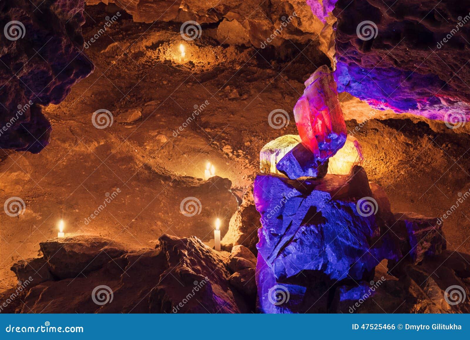 Duży rewolucjonistki i koloru żółtego crysta w jamie Mlynky jama, Ukraina