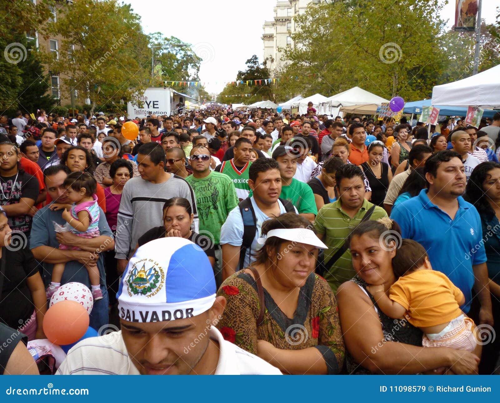 Duży tłumu festiwalu latynos